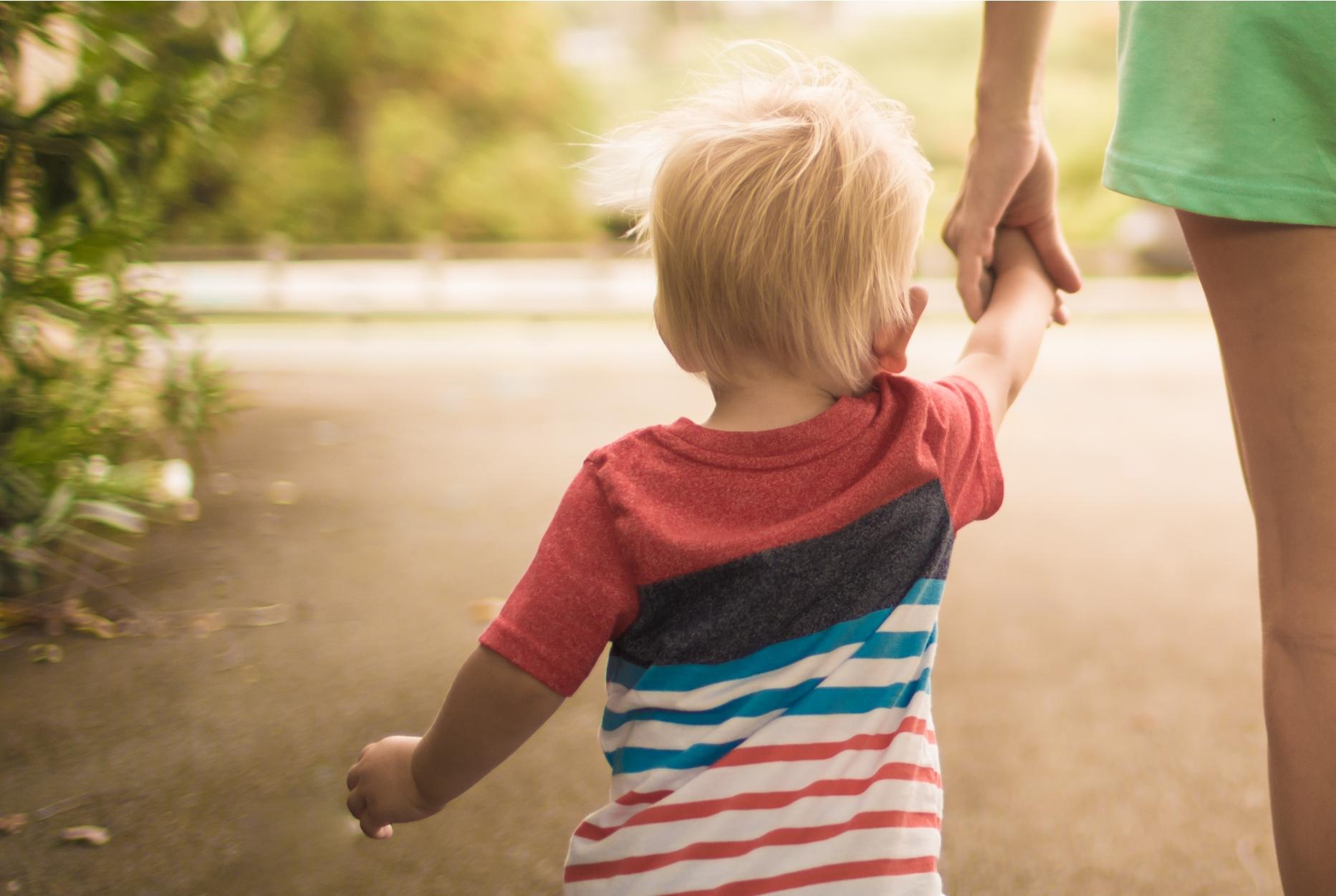 """En mor som leier sin lille sønn """"inn i framtida""""."""