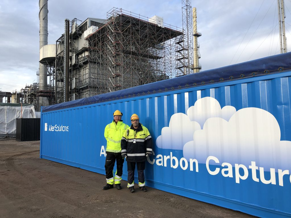 Preems project leader Faraj Tammo and site manager  Kai Arne Sætre from Aker Solutions' in front of the mobile test unit at the refinery.